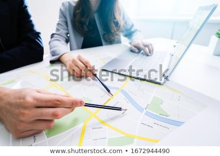 Dwie osoby patrząc Pokaż laptop biurko komputera Zdjęcia stock © AndreyPopov