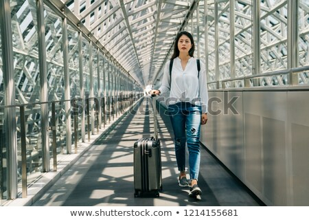 Asian femme d'affaires main bagages train plate-forme Photo stock © Maridav