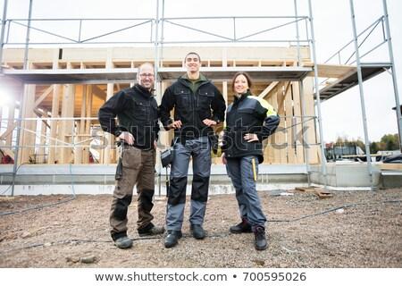 Feminino carpinteiro em pé mão quadril casa Foto stock © wavebreak_media