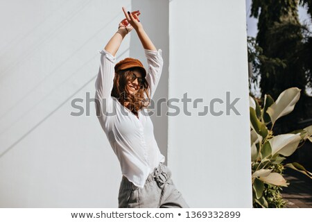 Femme chaud printemps vêtements danse rue Photo stock © ElenaBatkova
