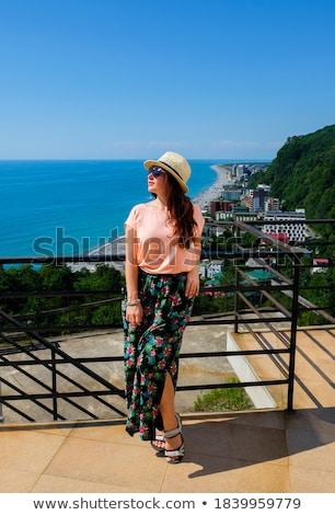 Jonge vrouw hoed zonnebril permanente balkon glimlachend Stockfoto © SophieJames
