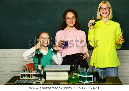 Felice ragazzi studiare chimica scuola laboratorio Foto d'archivio © dolgachov