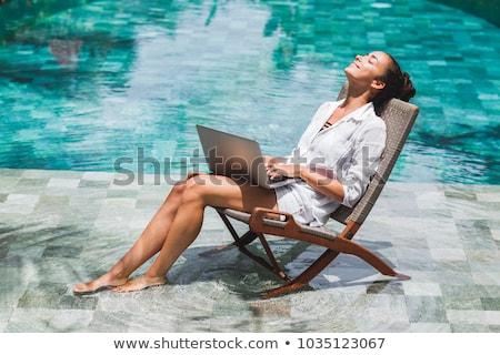 Genç kadın dizüstü bilgisayar kullanıyorsanız yüzme havuzu çalışmak eğitim bo Stok fotoğraf © karandaev
