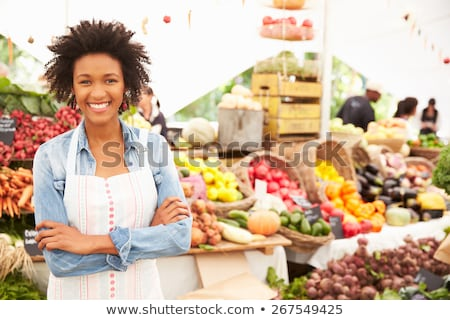 Landbouwer vrouw verkopen kleurrijk gezonde groenten Stockfoto © Kzenon