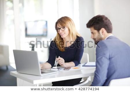 Homme femme séance ordinateurs collaboration pense Photo stock © robuart