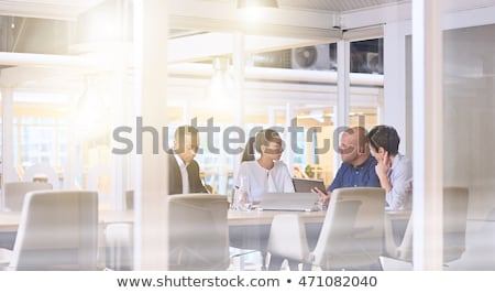 Escritório dinâmica caucasiano masculino sessão secretária Foto stock © iofoto
