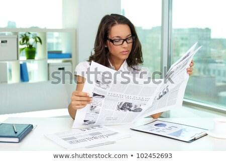 ernstig · zakenvrouw · lezing · krant · kantoor · nieuws - stockfoto © wavebreak_media