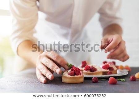 Női szakács tart sütemény tányér portré Stock fotó © wavebreak_media
