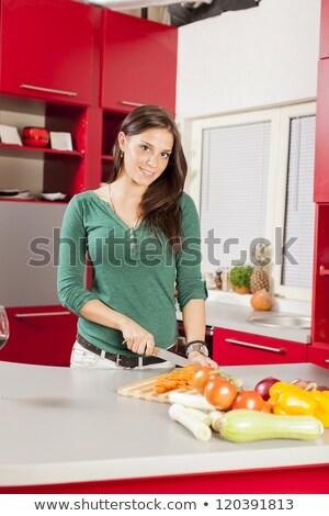 Bastante morena ensalada cocina mesa hortalizas Foto stock © wavebreak_media