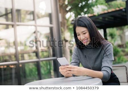 Jonge vrouw smartphone vergadering laptop coffeeshop jonge Stockfoto © wavebreak_media
