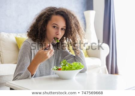 I capelli ricci teen girl mangiare sano insalata stanza top Foto d'archivio © boggy