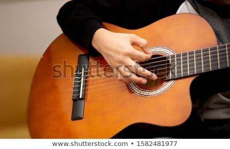 Jouer guitare homme guitare acoustique maison Photo stock © stokkete