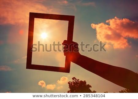 capturar · luz · jovem · morena · mulher · câmera - foto stock © lithian