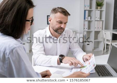 Ernstig volwassen financiële directeur wijzend een Stockfoto © pressmaster