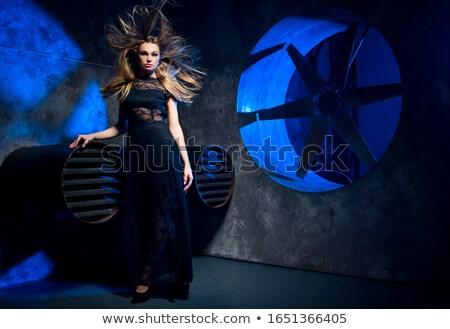 Foto stock: Hermosa · niña · vestido · negro · pelo · rizado · posando · ventana