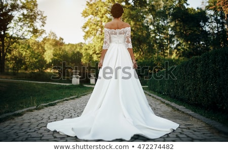 jovem · morena · mulher · vestido · de · noiva · belo · posando - foto stock © dashapetrenko