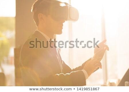 Tijdgenoot jonge zakenman virtueel presentatie Stockfoto © pressmaster