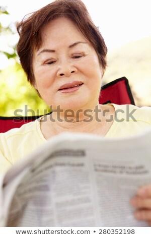 старший женщину чтение газета лет парка Сток-фото © dolgachov