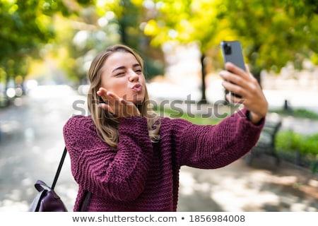 Jonge schoonheid poseren stad gezicht muur Stockfoto © Lopolo