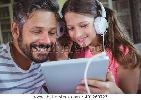 Vader dochter luisteren naar muziek tablet familie vaderschap Stockfoto © dolgachov