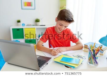 Jeunes écolier séance table devoirs élémentaire Photo stock © karandaev