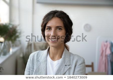 Tiro feliz mulher jovem freelance concentrado Foto stock © vkstudio