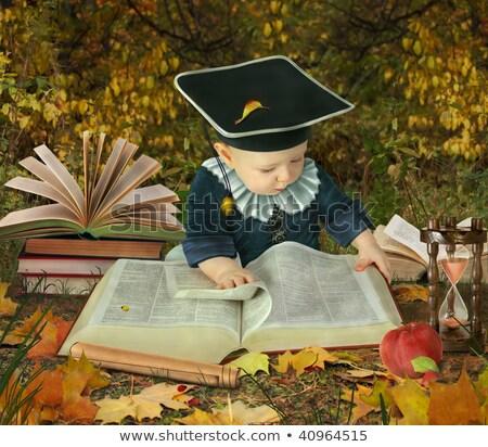 Pequeno menino muitos livros parque Foto stock © Paha_L