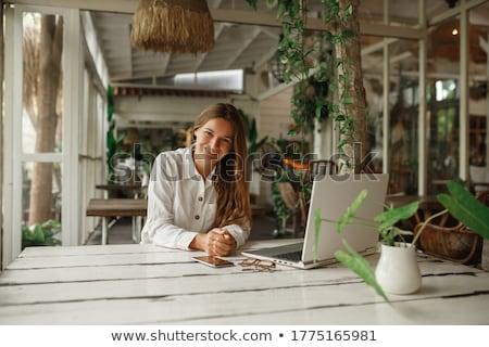 lány · ül · konyhapult · digitális · tabletta · gyermek - stock fotó © pressmaster