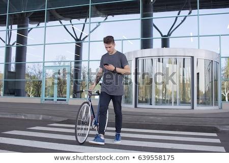 Hombre caminando fijado artes moto Foto stock © dolgachov