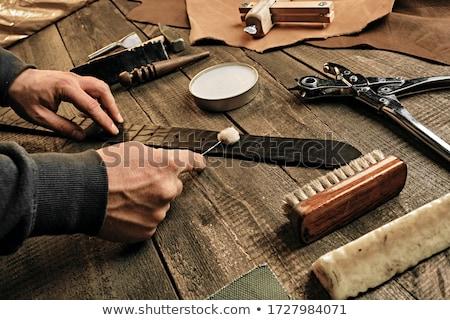 Feito à mão produção couro bens homem de costura Foto stock © olira
