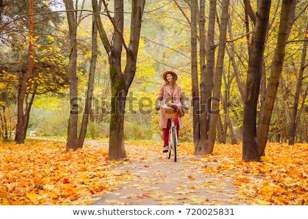 Feliz mulher jovem cidade guiá outono parque Foto stock © dolgachov