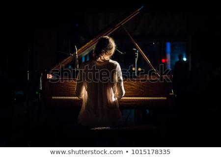 女性 · 若い女の子 · 演奏 · ピアノ · 笑顔の女性 · 笑みを浮かべて - ストックフォト © wavebreak_media