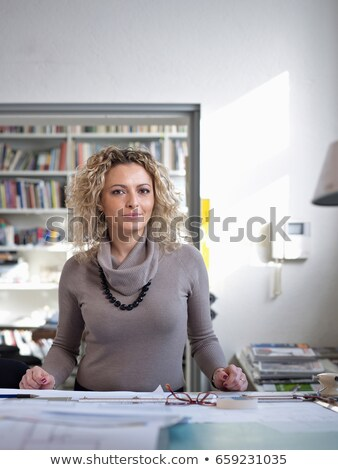 dolgozik · pillanat · kép · fiatal · női · néz - stock fotó © is2