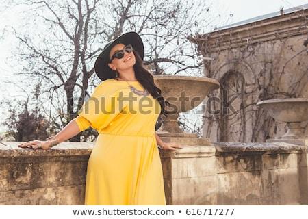 Stockfoto: Aantrekkelijk · te · zwaar · vrouw · zonnebril · portret · plus · size