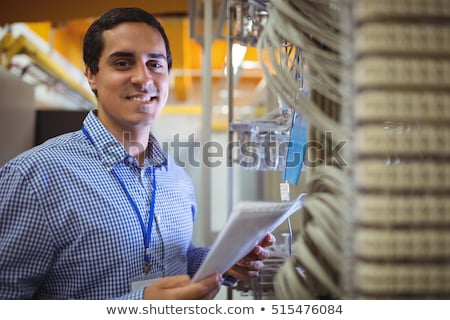 Mosolyog technikus szerver tart vágólap adatközpont Stock fotó © wavebreak_media