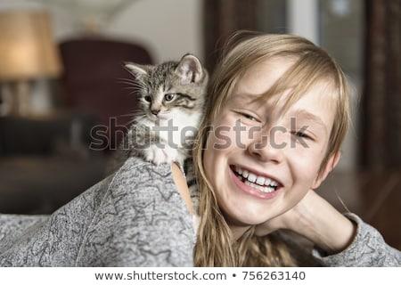 Ragazza 10 anni vecchio cat pet divano Foto d'archivio © Lopolo