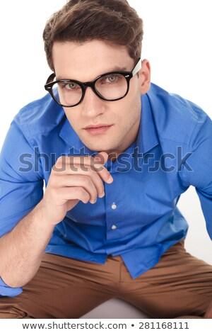 Peinzend jonge man duim kin Stockfoto © feedough