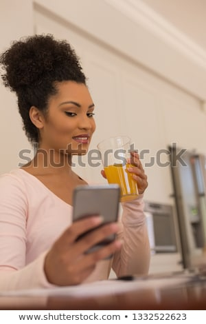 jonge · mooie · vrouw · oranje · glas · sinaasappelsap - stockfoto © wavebreak_media