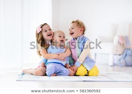Boldog testvérek szőnyeg otthon nappali papír Stock fotó © wavebreak_media