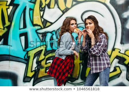 Amigos comer de comida rápida graffiti grupo elegante Foto stock © studiolucky