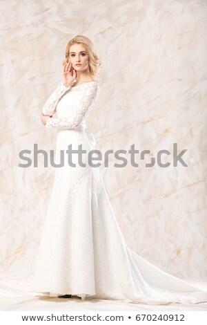 Elegante bianco lungo abito posa Foto d'archivio © amok