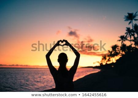 Mulher coração assinar casual mulher jovem Foto stock © ra2studio