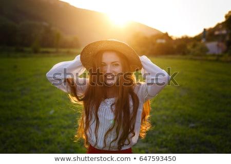 Pecoso nina sombrero sonriendo lago ventoso Foto stock © Agatalina