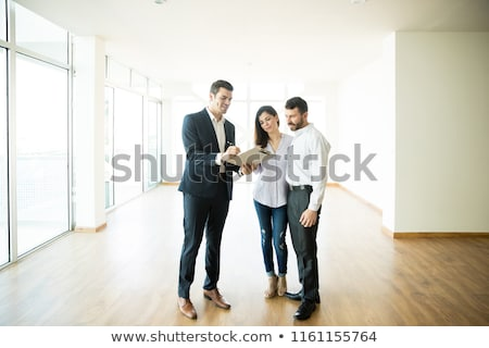 Ingatlanügynök magyaráz szerződés pár vásárol ház Stock fotó © AndreyPopov