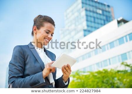 femme · d'affaires · écran · tactile · comprimé · séance · travail - photo stock © adamr