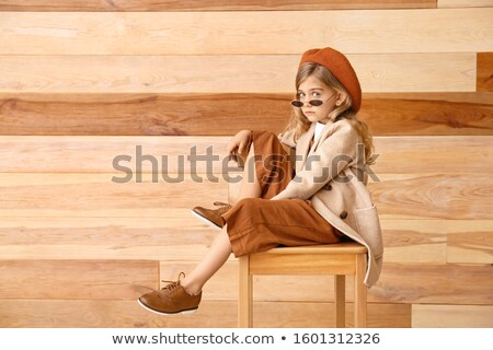 クール · ファッション · モデル · サングラス · 座って · スツール - ストックフォト © feedough