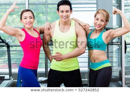 Jonge bodybuilder tonen spieren crossfit gymnasium Stockfoto © wavebreak_media