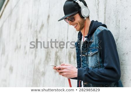Toevallig volwassen mannelijke cap naar mobiele telefoon Stockfoto © stevanovicigor
