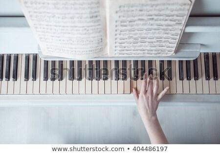 Stok fotoğraf: Genç · kadın · oynama · piyano · bir · el