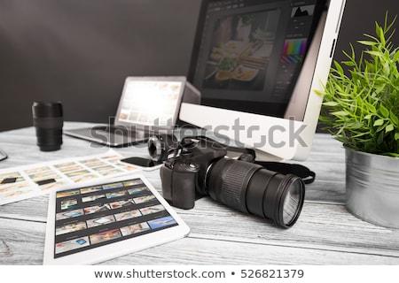 Tela do computador câmera foto monocromático computador escritório Foto stock © yupiramos